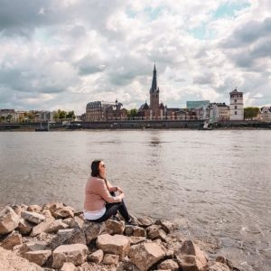Düsseldorf Rheinufer Oberkassel mit Blick auf die Altstadt