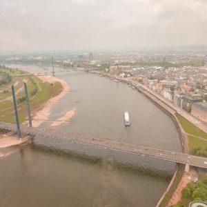 Rheinturm Düsseldorf mit Blick auf den Rhein