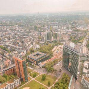 Rheinturm Düsseldorf mit Blick auf den Medienhafen