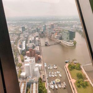 Rheinturm Düsseldorf mit Blick auf die Marina